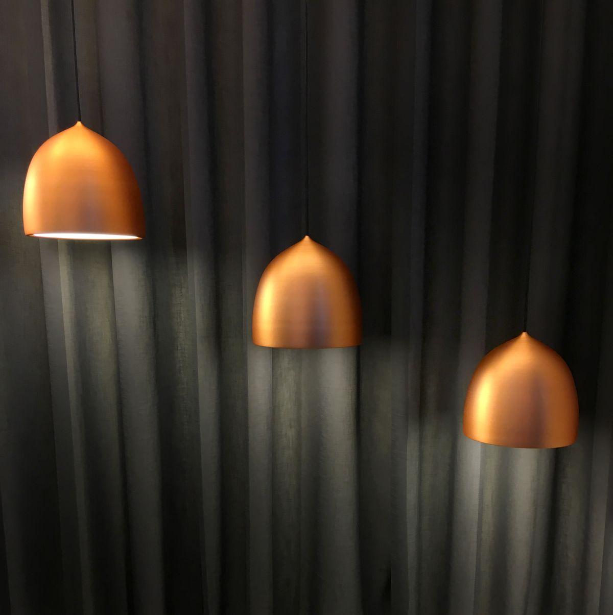 Lightyears: le lampade hanno rivestimenti che si valorizzano se illuminati. Lampade che devono essere illuminate per dare il meglio di sé sono dive da fotografare