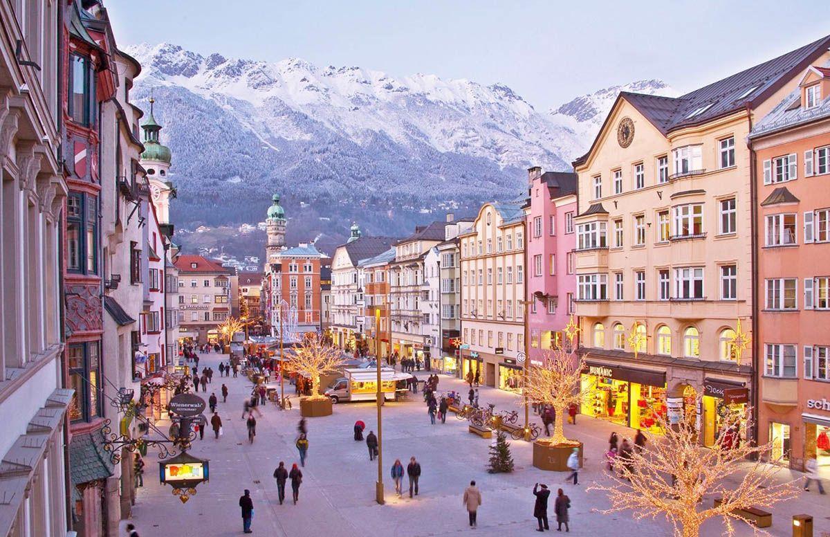 Maria-Theresien-Straße, la passeggiata principale di Innsbruck, che conduce al Tettuccio d'Oro