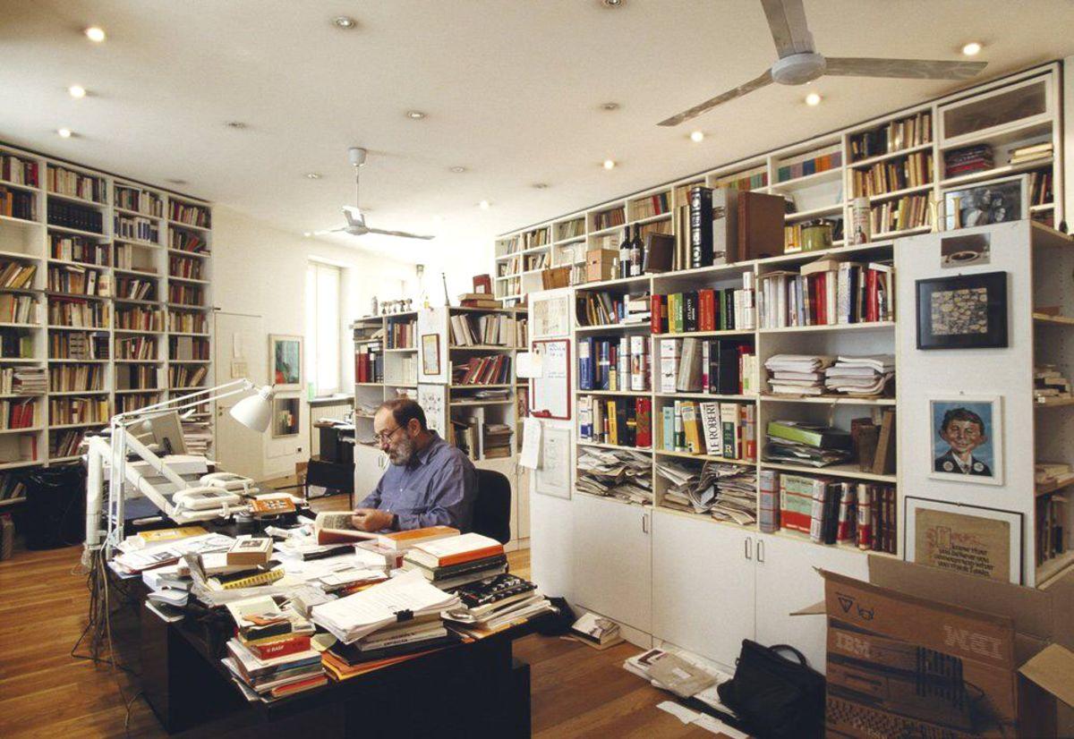 Umberto Eco alla scrivania