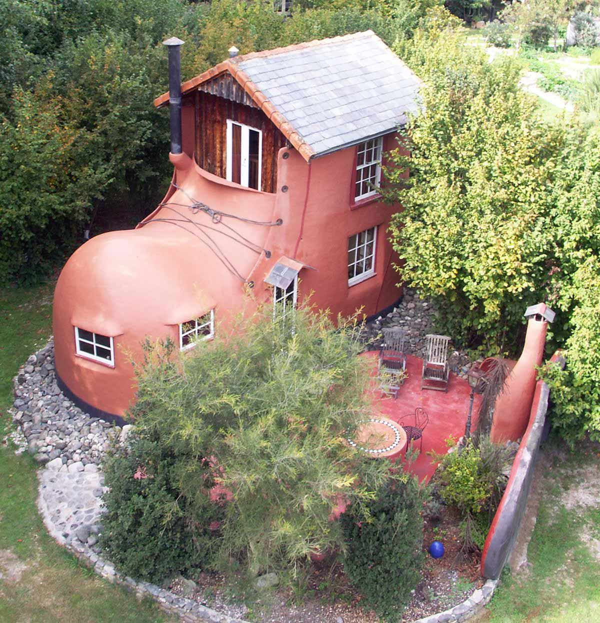boot house airbnb casa forma strana
