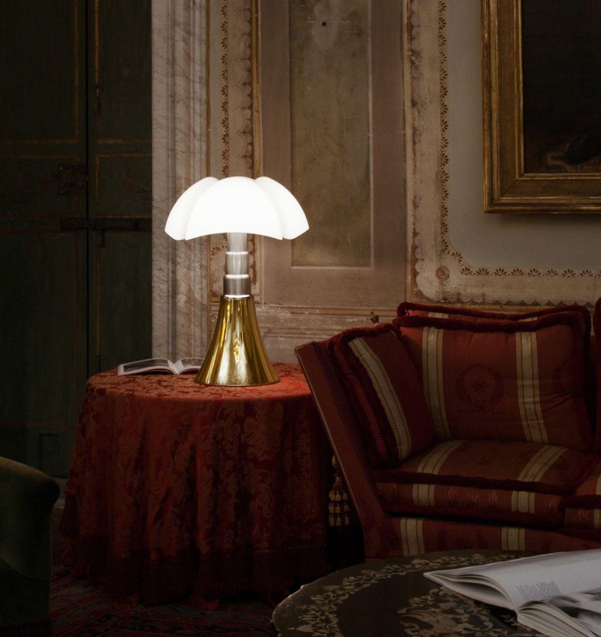Lampada da tavolo Pipistrello, design di Gae Aulenti per Martinelli Luce