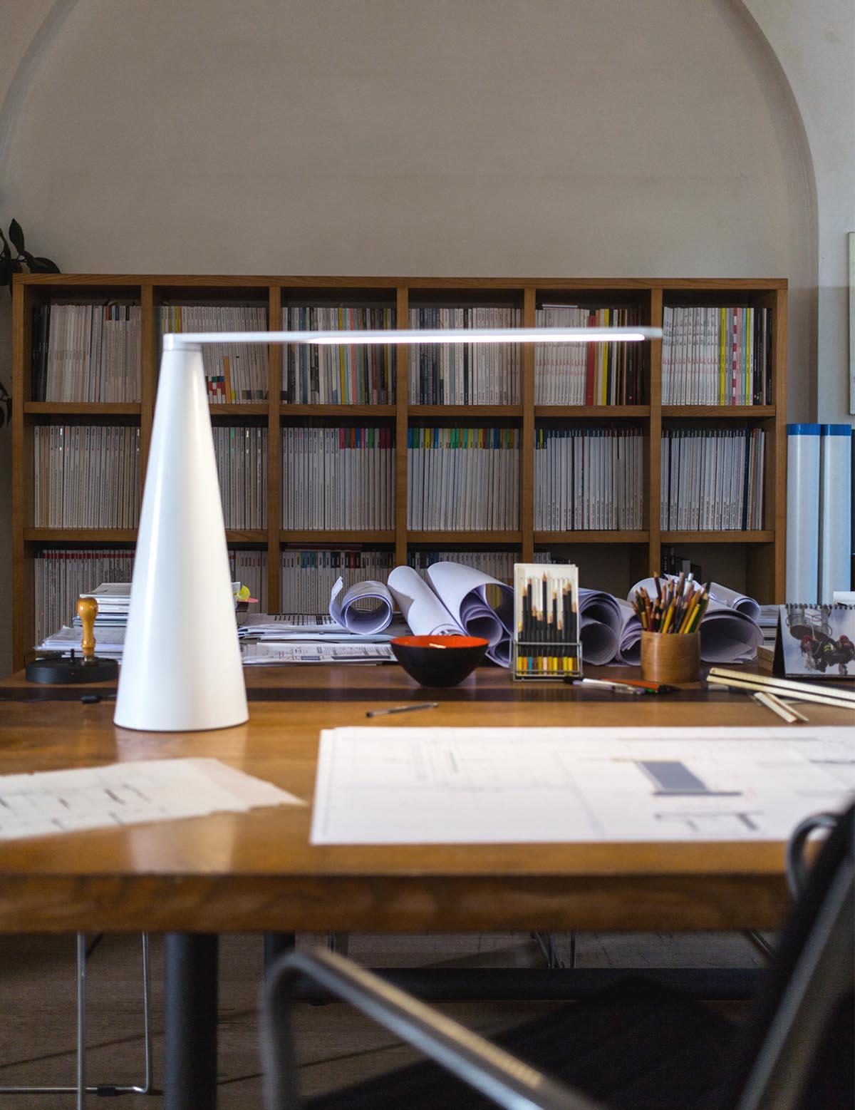 Lampada Elica, design di Brian Sironi per Martinelli Luce