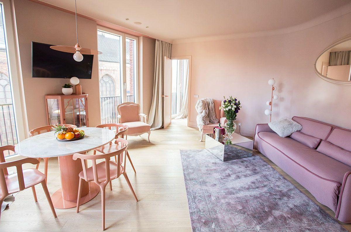 Pareti color rosa per il quinto piano del Redstone hotel