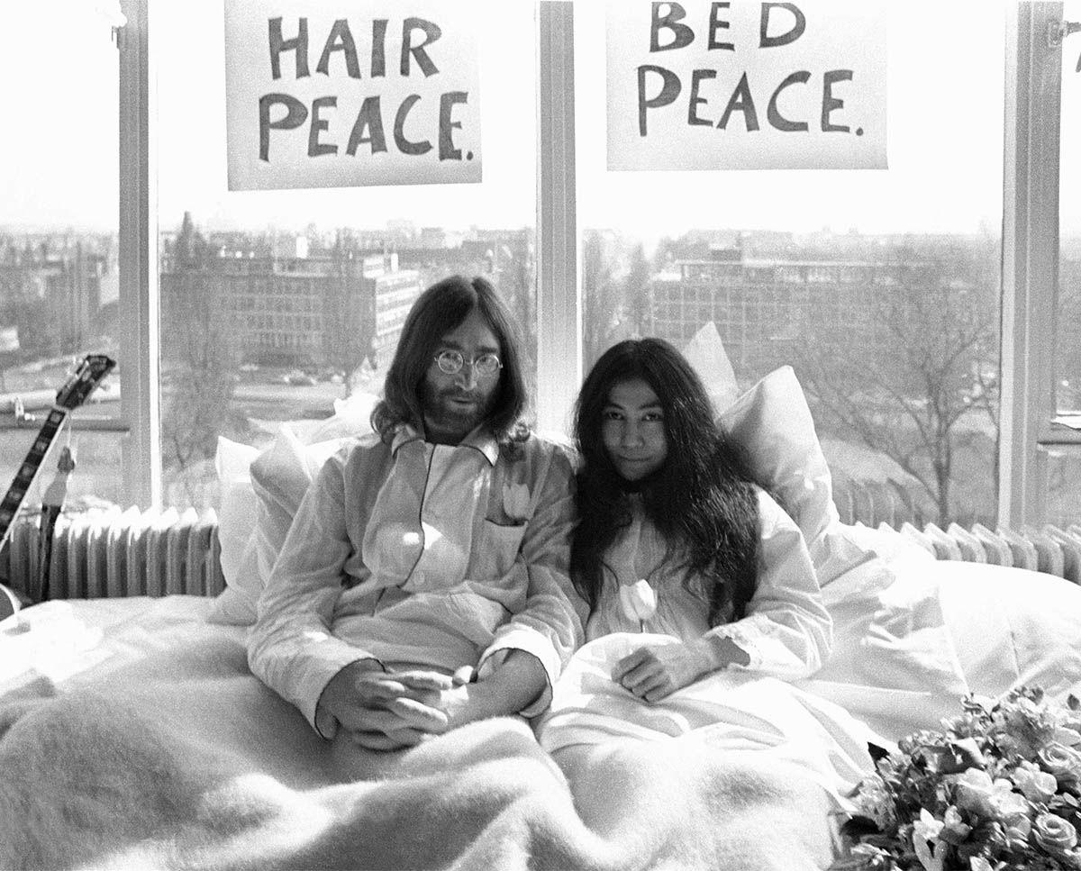 John Lennon e Yoko Ono a letto ad Amsterdam per la protesta contro la guerra in Vietnam
