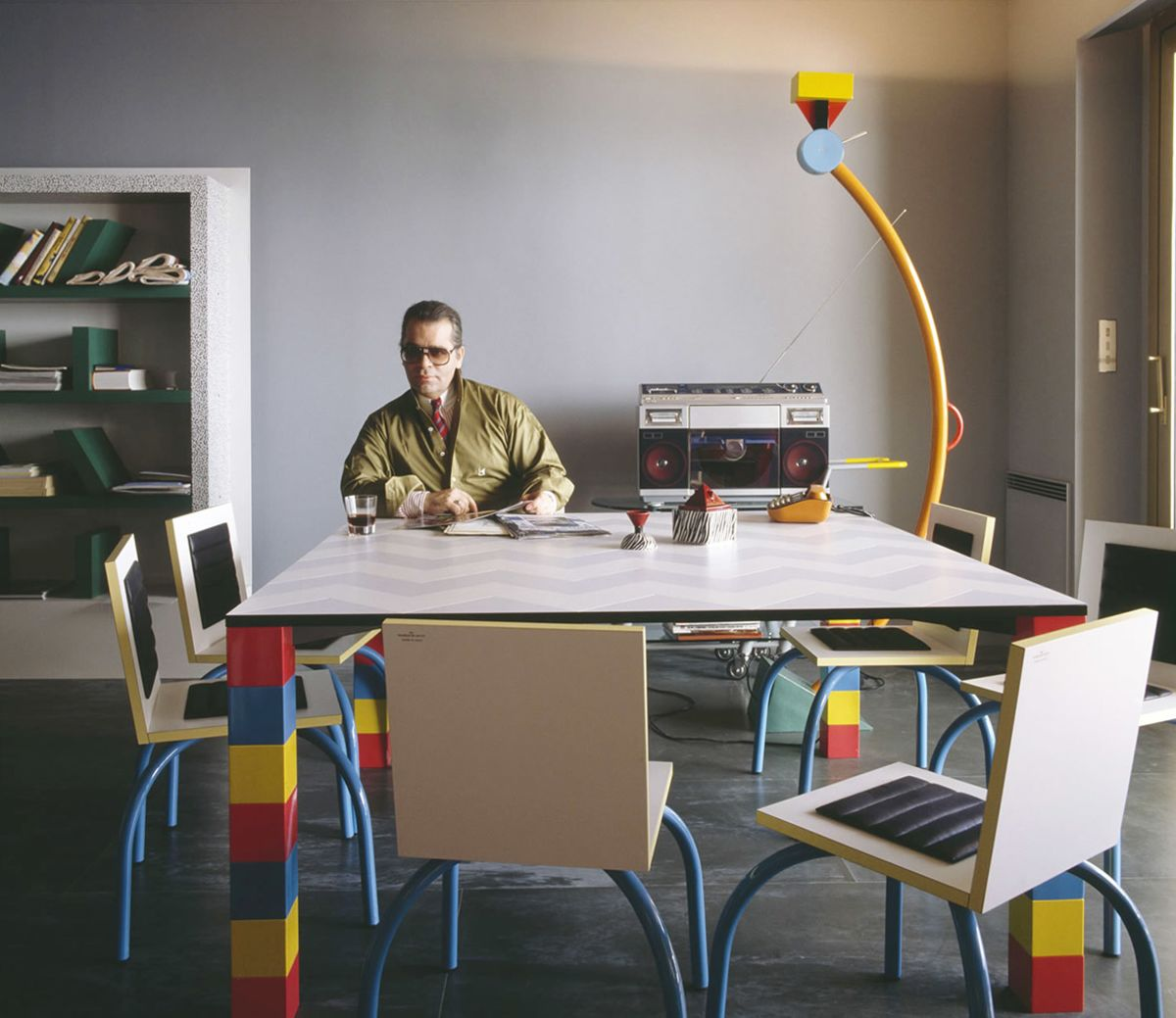 Karl Lagerfeld nell'appartamento a Monte Carlo arredato con i pezzi di design di Memphis