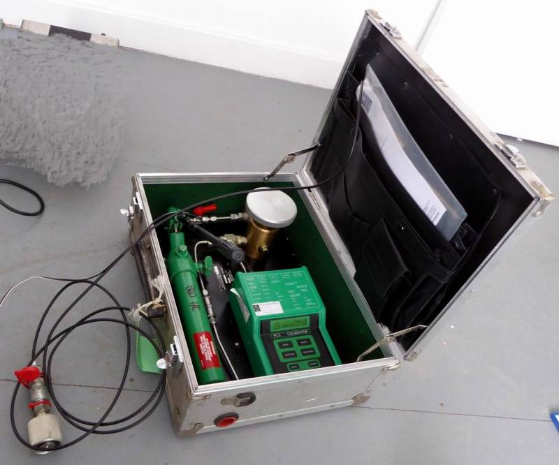 Hydraulic/pressure pump portable prop in suitcase