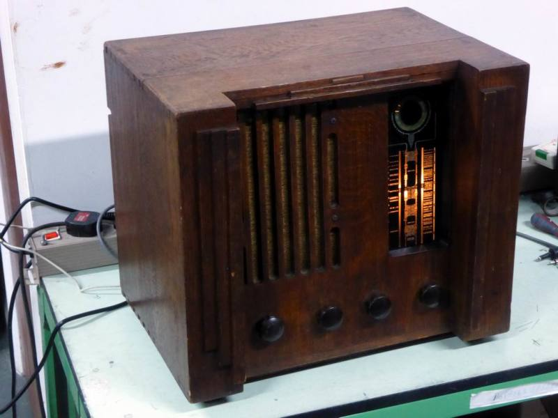 Practical Edwardian period radio/wireless in oak case with working backlit tuning scale