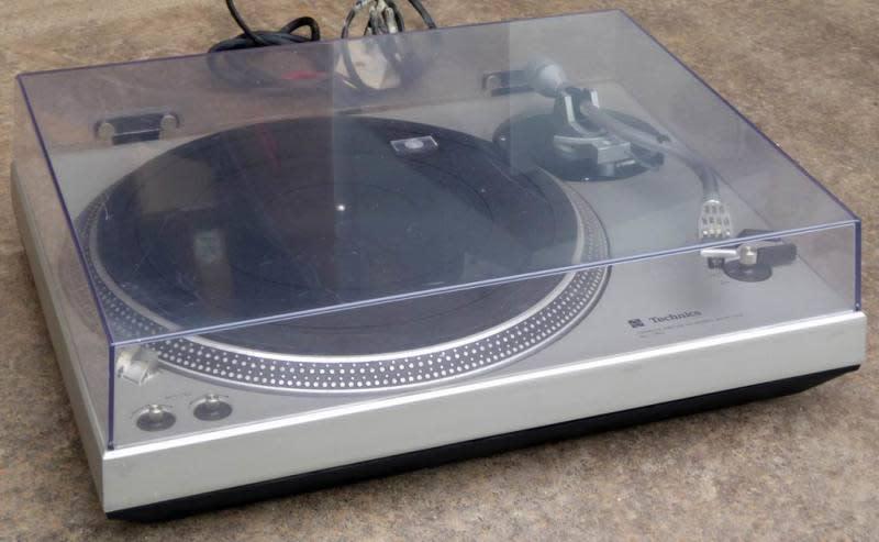 1980s hi-fi vinyl turntable