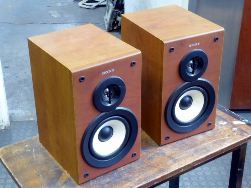 Modern small bookshelf speakers with open fronts & exposed cones