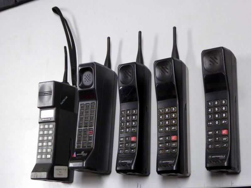Selection of period Motorola 8500, 888 & Nokia brick style mobile phones