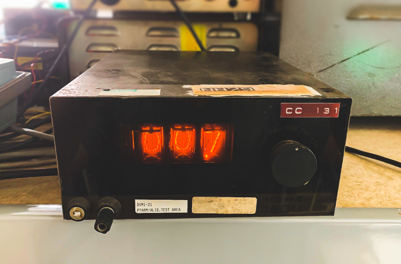 Practical Nixie tube multimeter with black front
