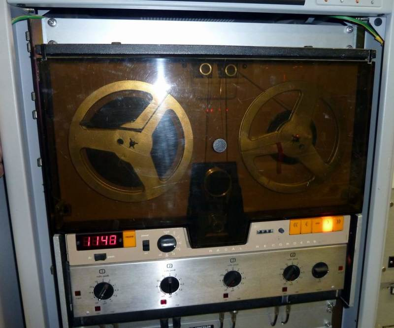 Practical rack mount reel to reel tape drive.