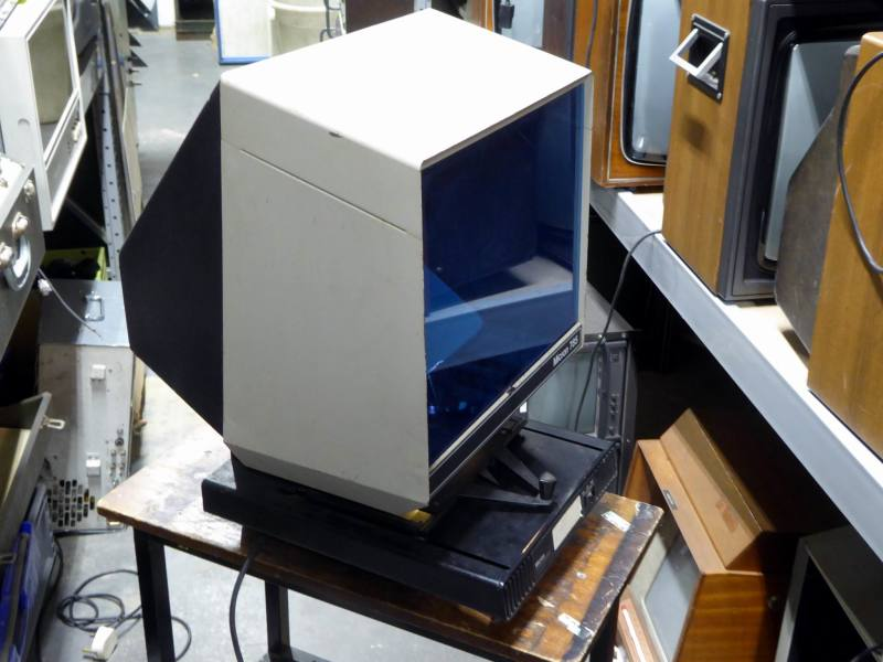Practical microfiche viewer with internal screen