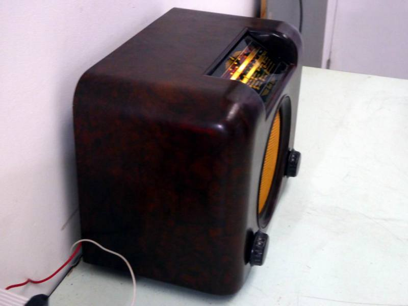 Vintage brown bakelite 1950s Bush DAC90A radio