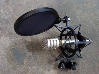 Shock mount/isolating microphone holder/clip/cage