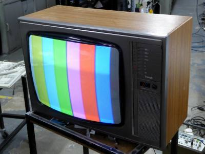 """Practical 1980s 22.5"""" colour TV with wood effect cabinet & roundy cornered CRT"""
