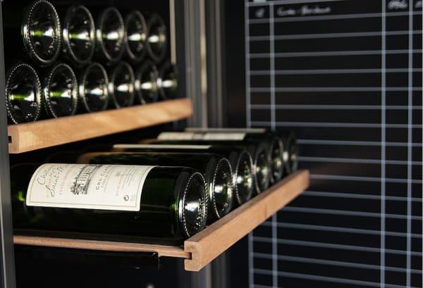 Lyxiga trähyllor i svart vinlagringsskåp