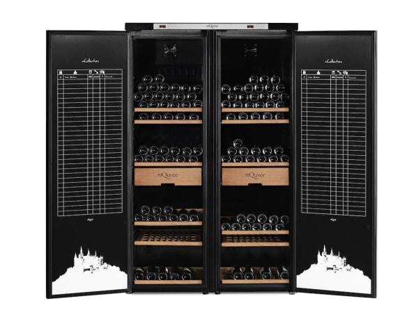 Pampigt stort vinlagringsskåp med två öppna dörrar