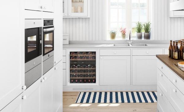 Vit vinkyl från mQuvee inbyggd i modernt kök