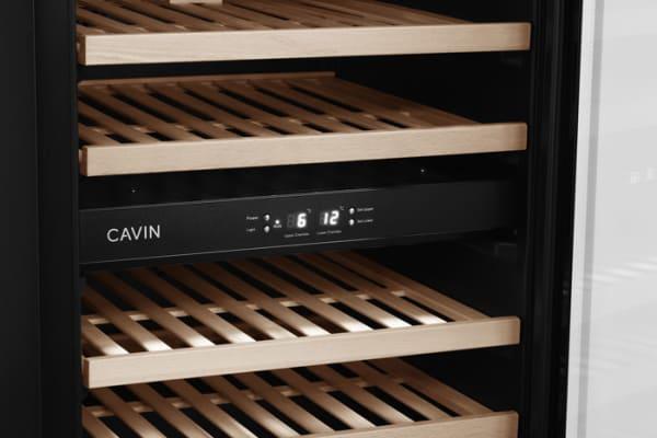 Cavin - fristående vinkyl - detaljbild på display