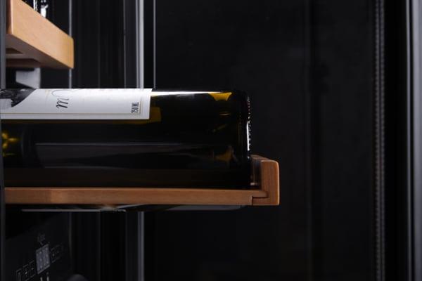 Inbyggbar vit vinkyl från mQuvee med utdragen hylla