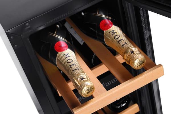 Inbyggbar vit vinkyl från mQuvee med vinflaskor på hylla