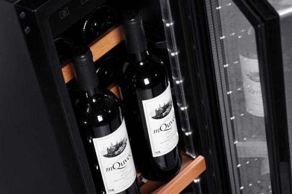Inbyggbar vinkyl från mQuvee detaljbild på vinflaskor