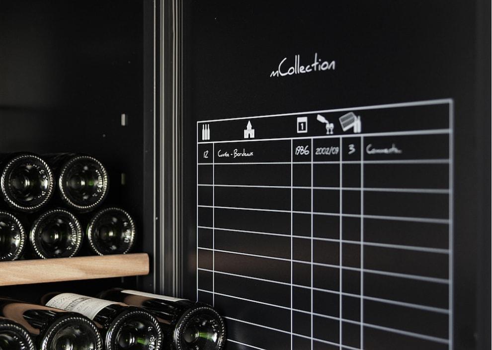 Svart vinlagringsskåp med smart vinförvaringsark på insida dörr
