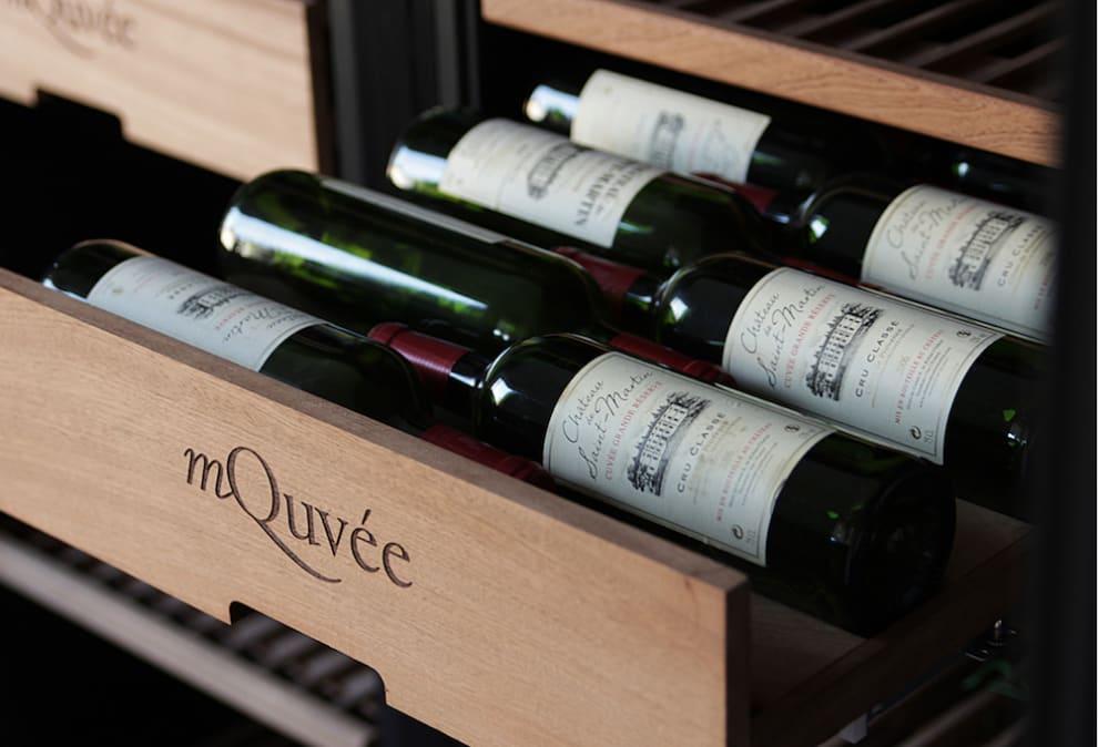 Utdragen hylla med vinflaskor i