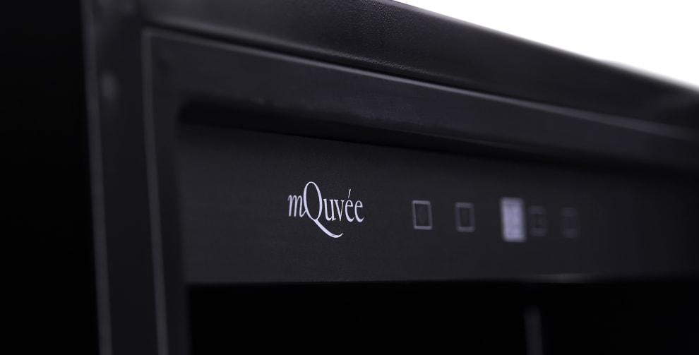 Vit digital display på svart vinlagringsskåp med solid dörr