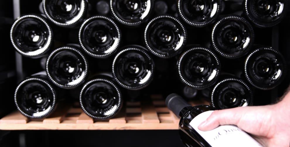 Samling av vinflaskor