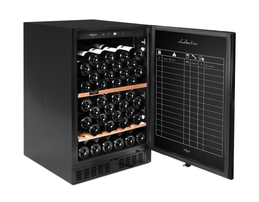 Litet svart vinlagringsskåp med vinföringsark på dörr