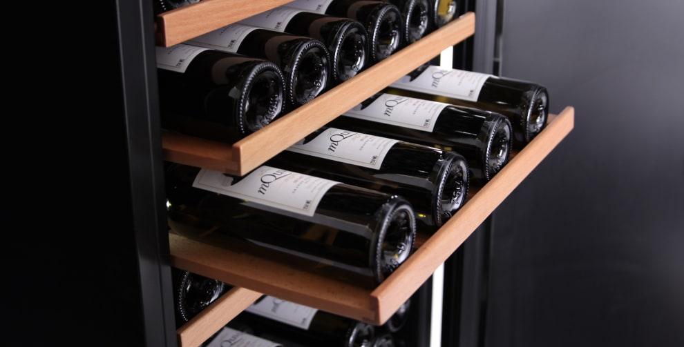 Vinlagringsskåp i svart design med 3 storage-hyllor i trä
