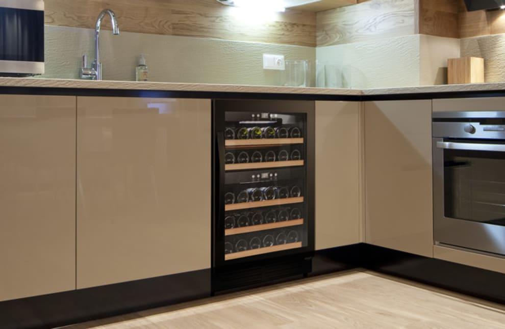 Svart vinkyl från Cavin inbyggd under köksbänk