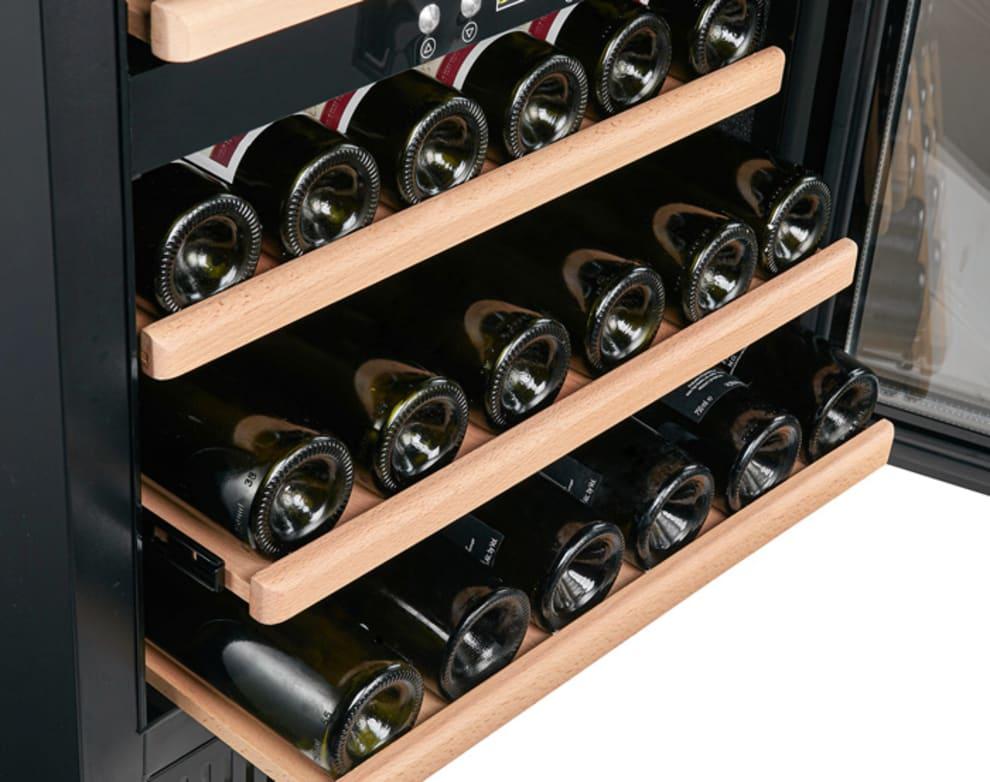 Cavin - inbyggbar svart vinkyl med vinflaskor på hylla