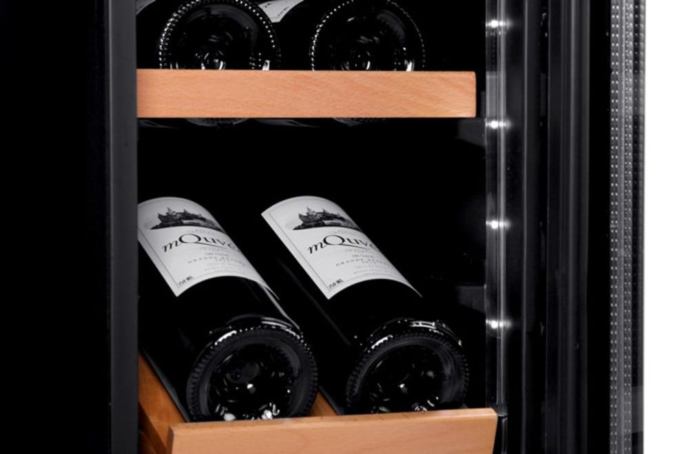 Inbyggbar vinkyl från mQuvee detaljbild på hylla