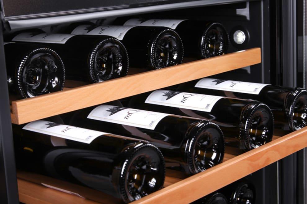 Inbyggbar vinkyl i stainless finish med 3 vinflaskor på utdragen hylla
