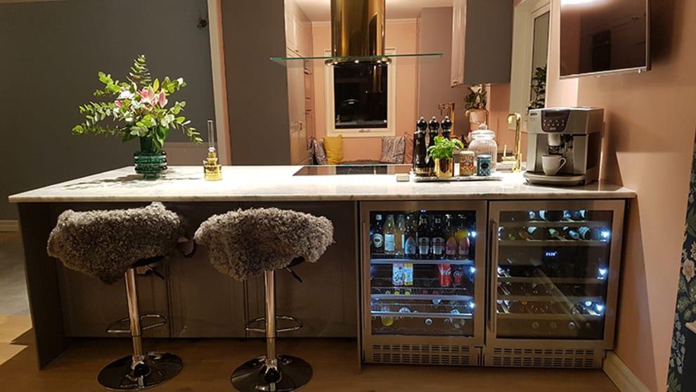 Modernt kök med två av mQuvees vinkylar