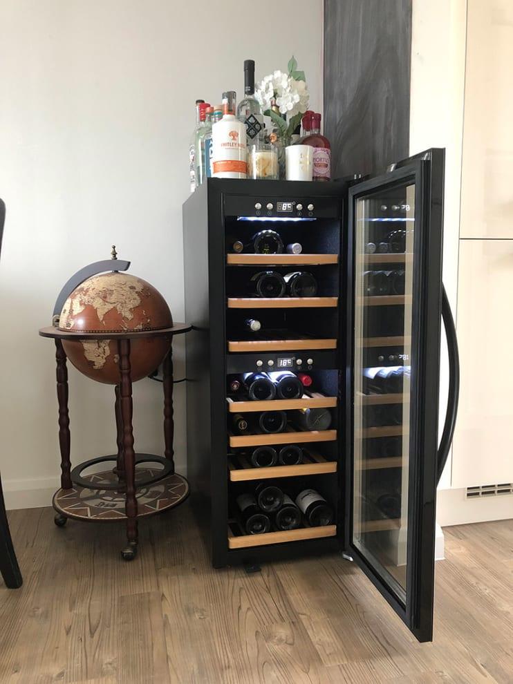 mQuvée - Fristående vinkyl med öppen dörr i miljö