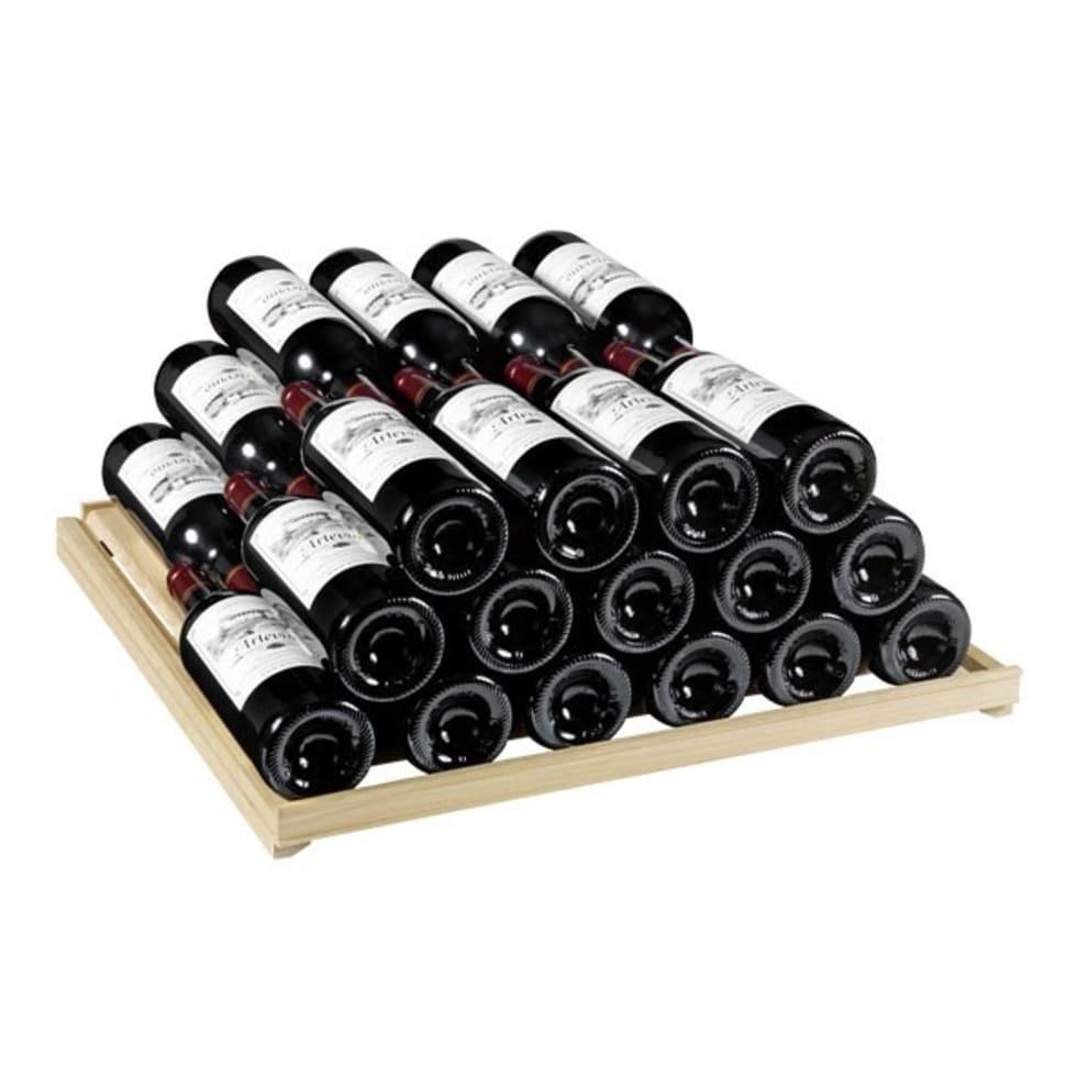 Elegant vinlagringshylla med vinflaskor staplade