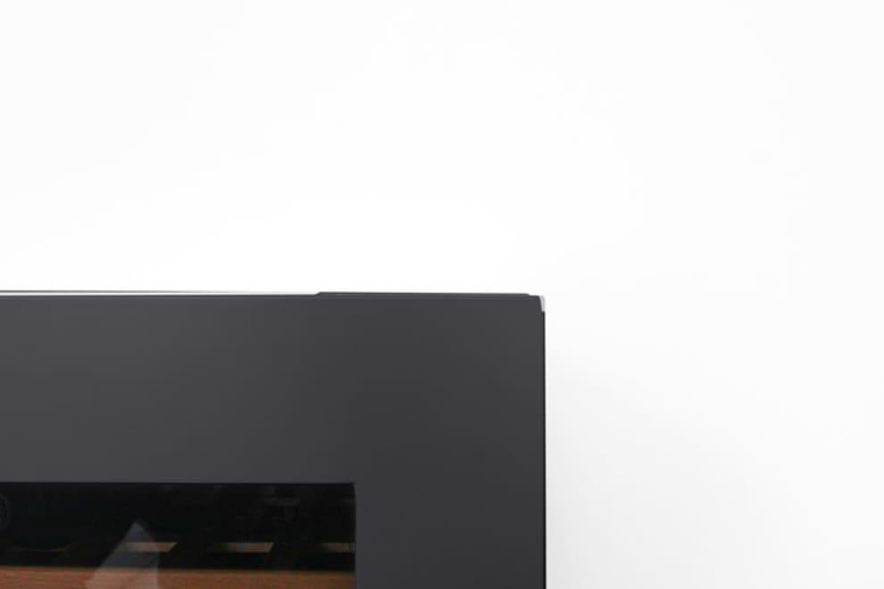 Detaljbild på vinkyl med synliga etiketter