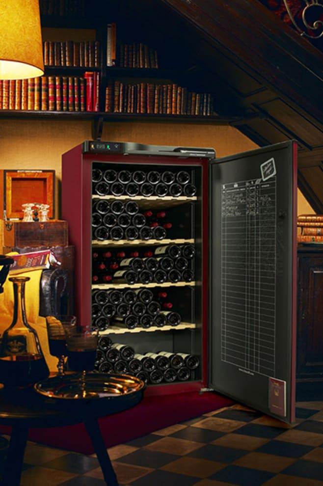 Vinlagringsskåp i brun design placerat i en varm miljö