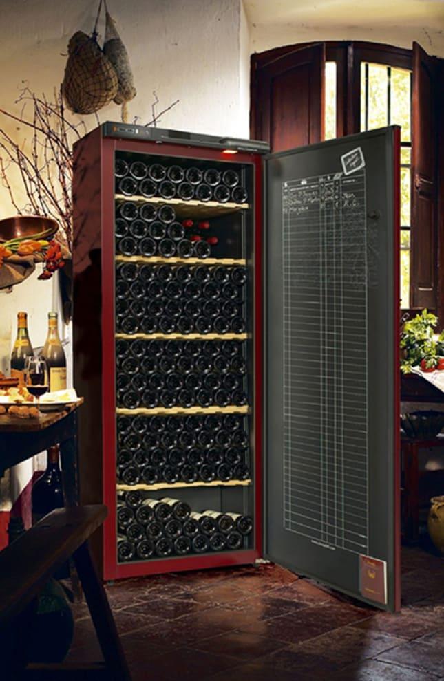 Brunt vinlagringsskåp i harmonisk miljö med plats till 294 flaskor