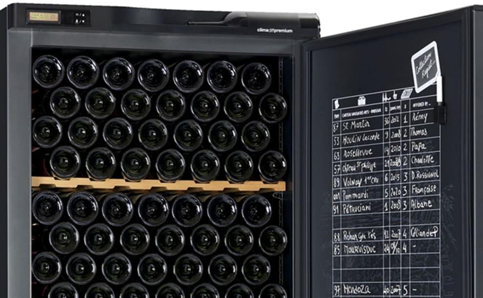 Lyxigt vinlagringsskåp med vinföringsark på dörren