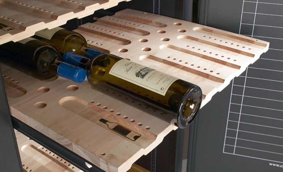 Utdragbar collector hylla med vinflaska