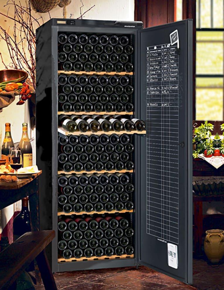 Stort och lyxigt vinlagringsskåp i harmonisk miljö