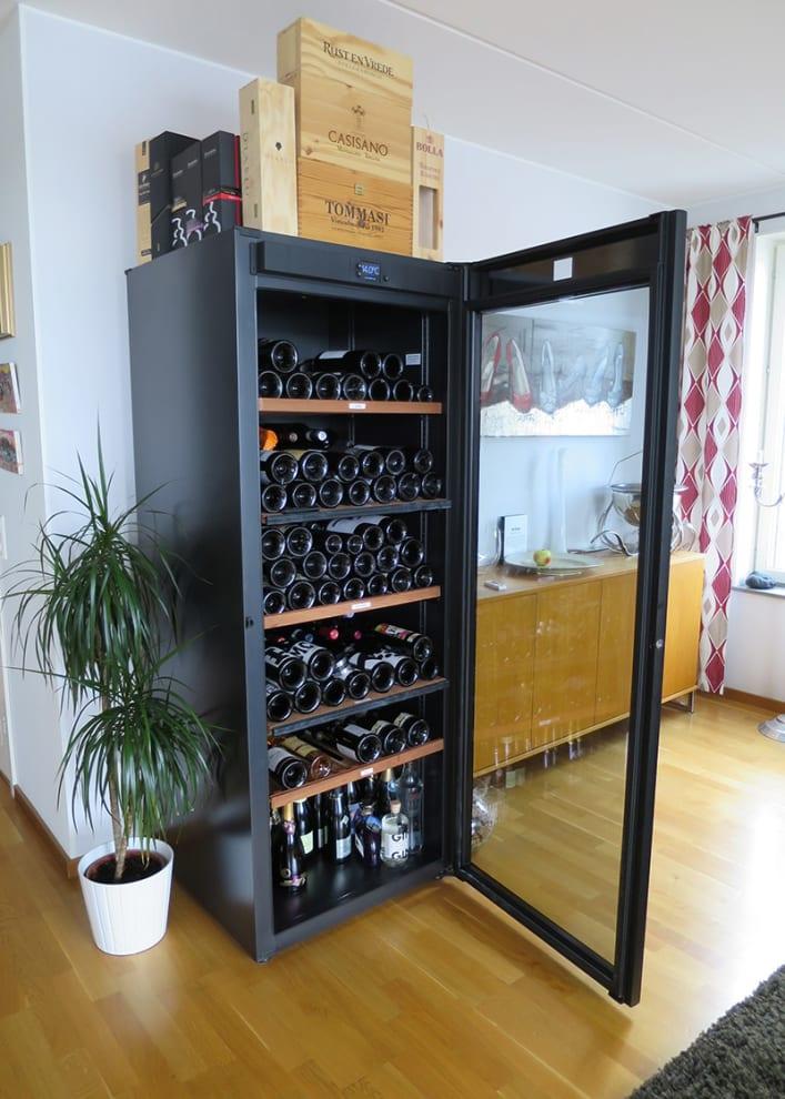 Kundbild av divas exklusiva vinlagringsskåp i svart design