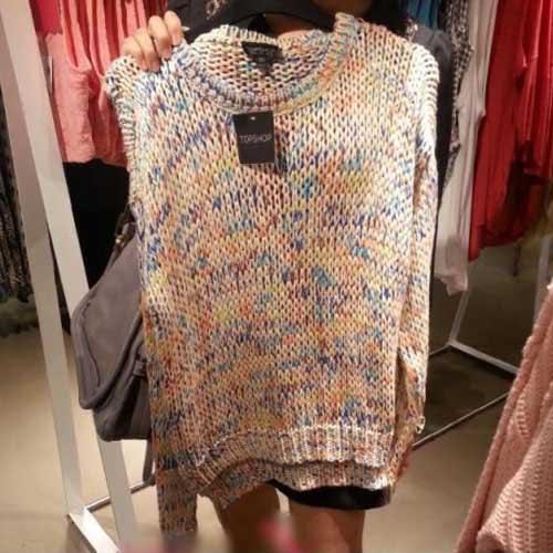 Parem de olhar a chinesa no fundo e olhem o suéter!