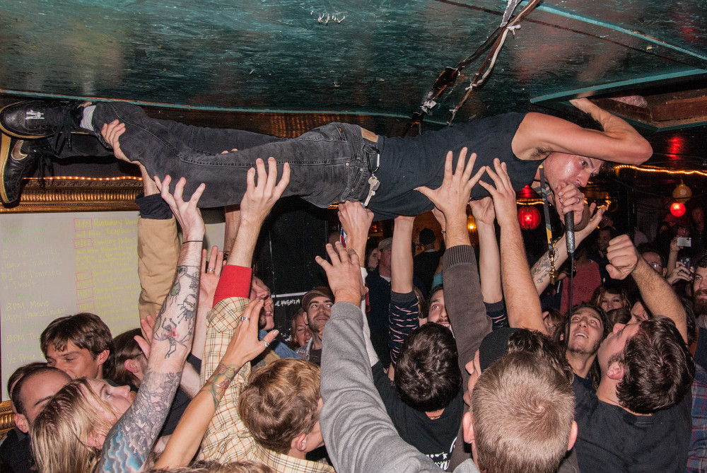 Genrevolta crowd surf