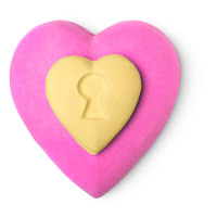 bomba de baño en forma de corazón de color rosa y amarillo